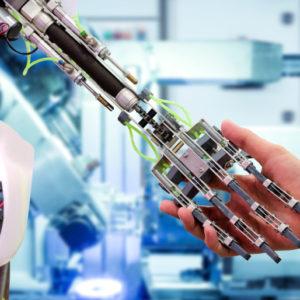 Eine Menschenhand schüttelt eine Roboterhand.
