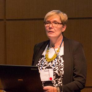 Eine Frau spricht auf einer Konferenz.