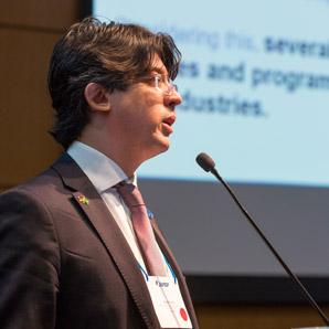 Ein Mann spricht auf einer Konferenz.