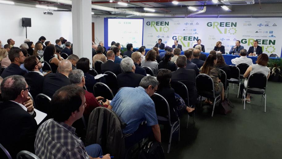 Menschen sitzen in Stuhlreihen auf einer Konferenz.