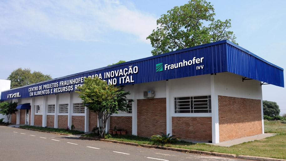 Flaches Gebäude mit Schriftzug Fraunhofer.